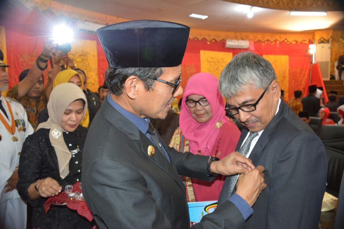 Pemko Padang berikan penghargaan kepada wartawan senior Khairul Jasmi.