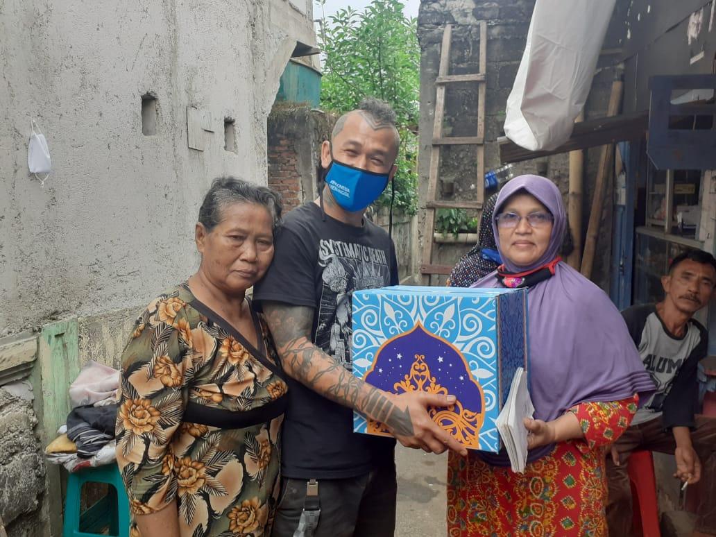 Peduli Warga Terdampak Corona, Vokalis Band Punk Mike Marjinal Gelar Baksos