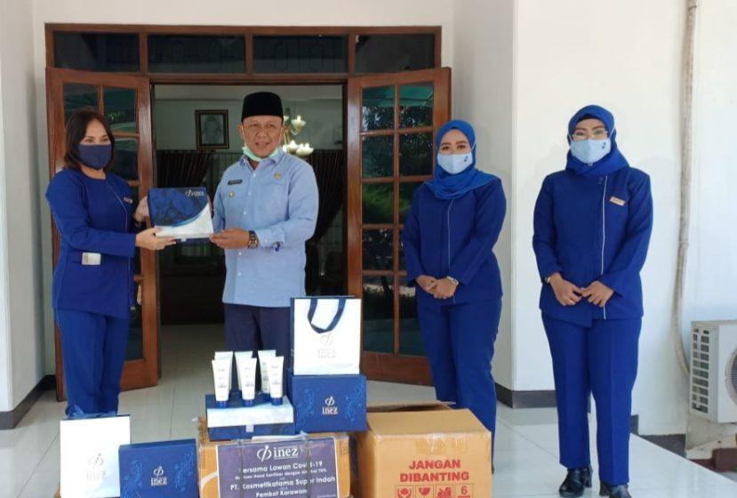 BantuanInez Kosmetik Berupa Hand Sanitizer ke Pemkab Karawang