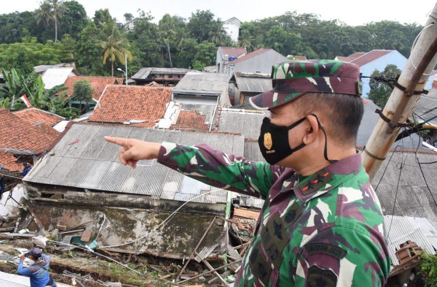 Pangdam Jaya Bantu Korban Longsor dan Banjir di Ciganjur Jaksel