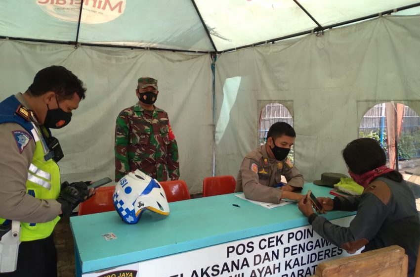 Babinsa Koramil 02/Mampang Prapatan Bersama Satpol PPKelurahan Cikoko Pasang stiker Prokes