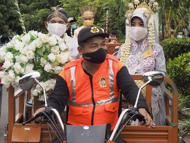 Kampanyekan 3M, Tiga Pasangan Pengantin Memberikan Mas Kawin Masker dan Sapu Lidi