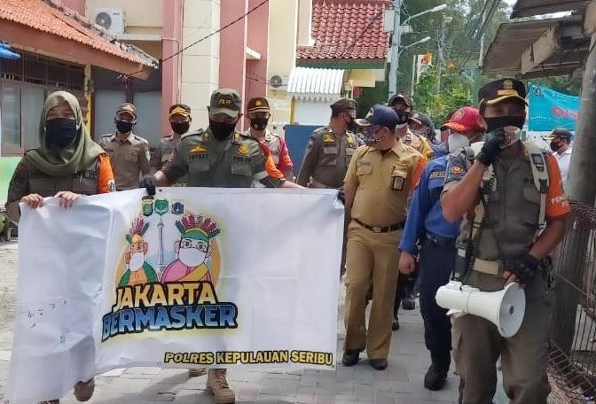 """Bagikan Masker Gratis, Polres Kep Seribu dan Tiga Pilar Gencarkan Gerakan """"Jakarta Bermasker"""""""