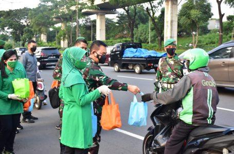 Pangdam Jaya dan Ketua Persit KCK PD Jaya Bagikan Takjil