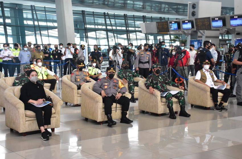 Tinjau Penyekatan di Cikarang Pangdam Jaya Dampingi Panglima TNI
