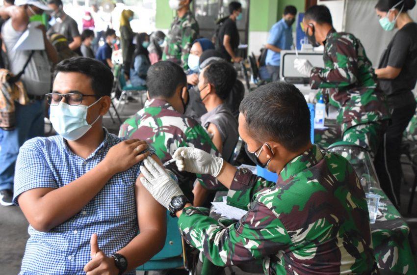 Warga Antusias Ikut Serbuan Vaksinasi Diselenggarakan Kodam Jaya