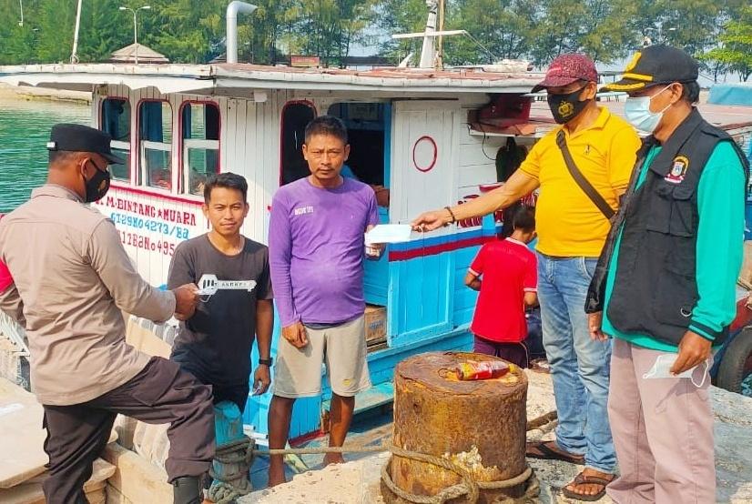Upaya Cegah Covid-19, Polres Kepulauan Seribu Bagikan 2.100 Masker Medis Gratis
