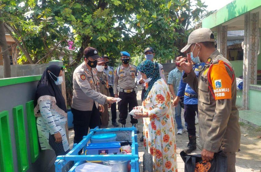 Perkuat PPKM Mikro, Polres Kep Seribu Bagikan 1.700 Masker Medis di 8 Pulau Pemukiman