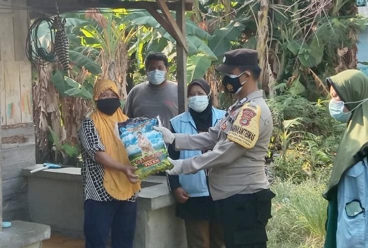 Peduli Saat Pandemi, Polsek Kep Seribu Utara Bagikan Bansos Kepada 92 KK Terdampak