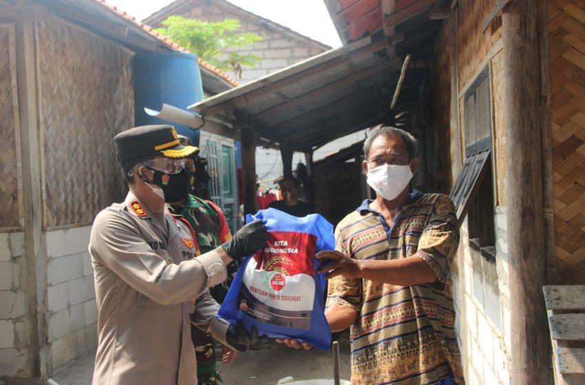 Berbagi Saat Pandemi, 58 KK di Slum Area Pulau Payung Dapat Bansos dari Polres Kep Seribu