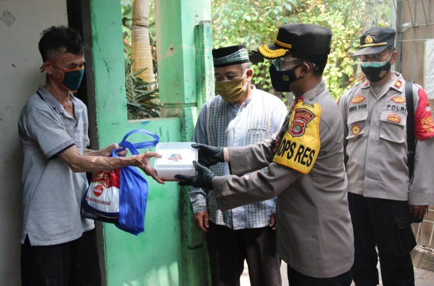 Kapolres Kep Seribu Bagikan Sembako dan Rendang kepada 40 KK Warga Slum Area Pulau Pramuka
