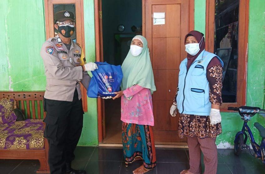 Polsek Kep Seribu Utara Bagikan Bansos kepada 15 KK Warga Slum Area Pulau Pramuka