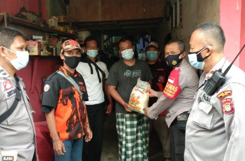 PPKM Level 4 Polsek Cinere Distribusikan Bantuan Bekerja Sama Dengan Ormas