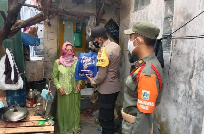 Percepat Distribusi Bansos, Polres Kep Seribu Bagikan Beras ke 76 KK di Slum Area