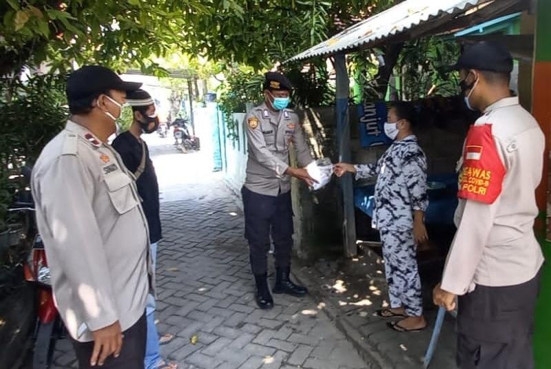 Secara Door to Door, 1.500 Masker dibagikan Polres Kep Seribu ke Warga