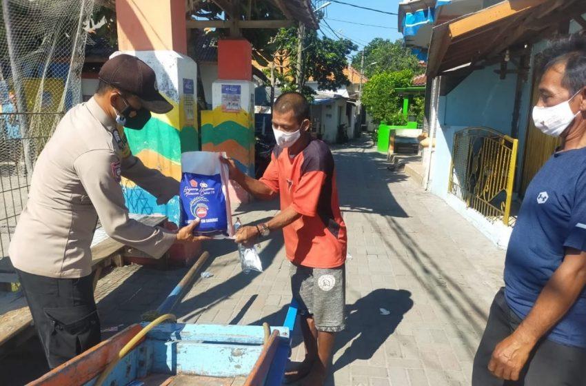 Polres Kep Seribu Bagikan Bansos kepada 69 KK Warga Slum Area di Pulau Pemukiman