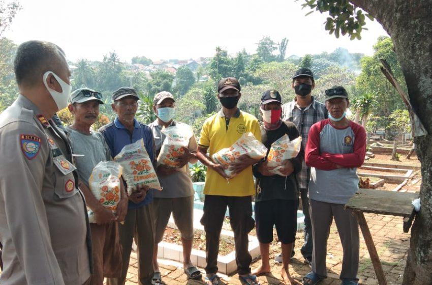 Bantuan Beras Bagi Penggali Kuburan TPU Kopo Limo Depok