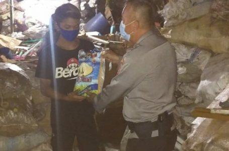 Penyaluran Bansos Dalam Rangka PPKM Level 4 Polsek Cinere di Pemukiman Pemulung
