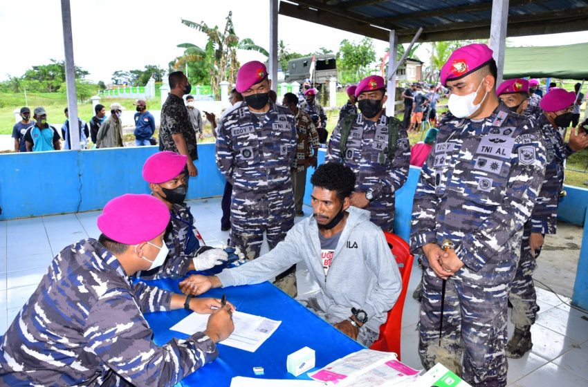 Program Lanjutan TNI AL Vaksinasi Masyarakat Maritim Kampung Klafdalim Distrik Moisegen Sorong