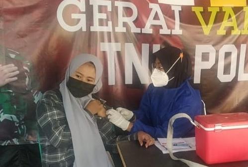 Vaksin Dosis Kedua, Warga Atusian Datangi Gerai Vaksin Presisi Polres Kepulauan Seribu