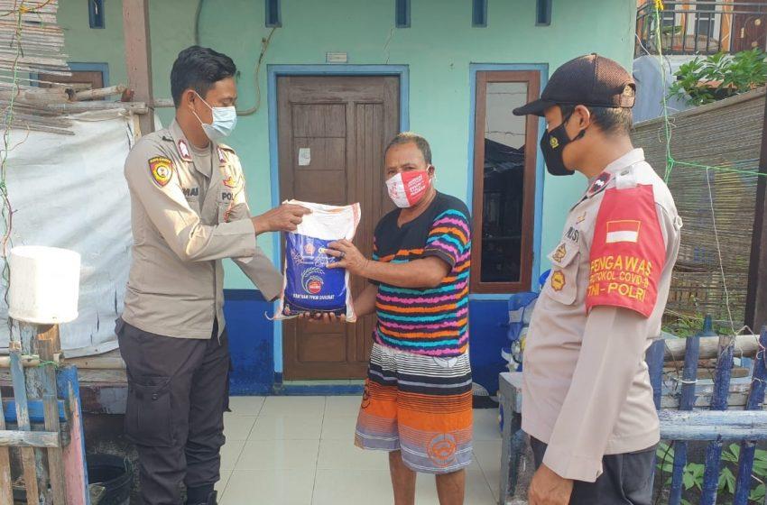 Polres Kep Seribu Bagikan Bansos Kepada 108 KK Warga Terdampak Covid-19 secara Door to Door