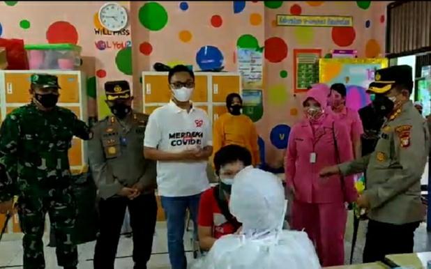 Kolaborasi TNI-POLRI dan Staf Khusus Presiden RI Laksanakan Vaksinasi Pelajar dan Masyarakat di Cinere Depok