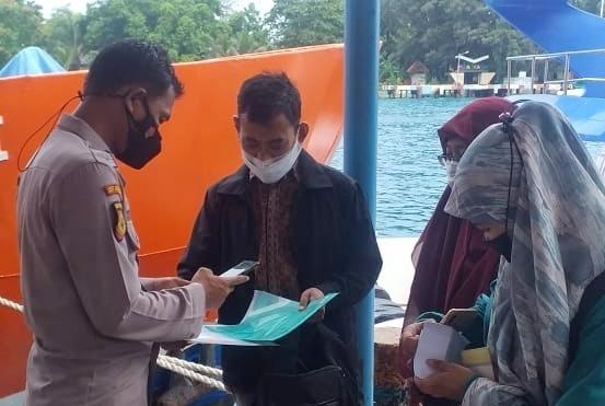 Tiba di Dermaga Kedatangan 2 Warga Tak Berkartu Vaksin di Swab Antigen di Posko KTJ Pulau Panggang