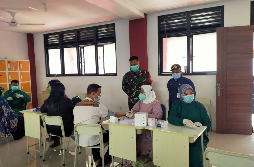 Vaksinasi Warga Kelurahan Krukut di Lapangan BIG Grogol Limo