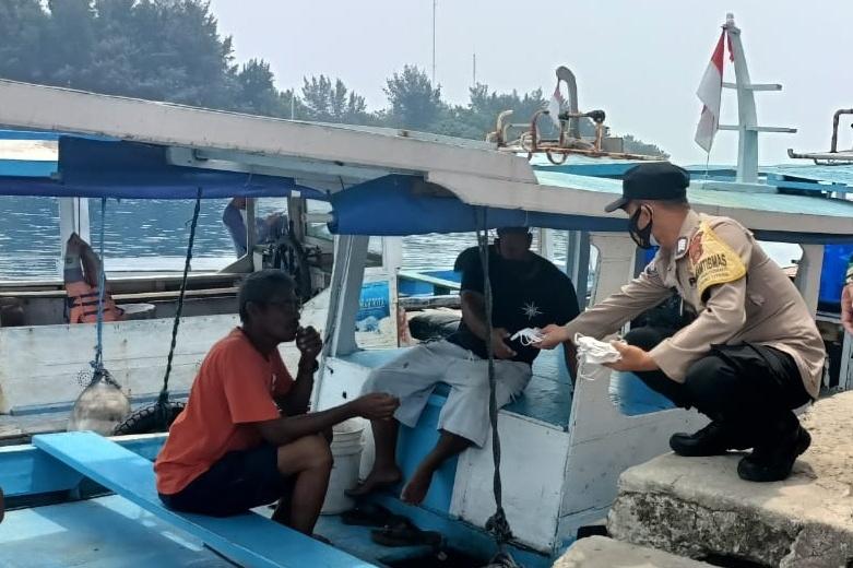 Warga di 8 Pulau dibagikan 1400 Masker Oleh Polres Kep Seribu