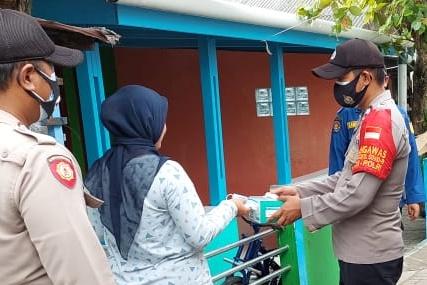 Bersamaan dengan Pembagian Masker, Polres Kep Seribu Himbau Warga Taat ProKes 5M