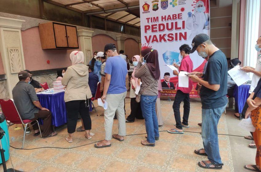 Di Gerai Vaksin Perumahan Grand Cinere, Kapolsek Cinere : Kita Terus Upayakan Warga Masyarakat Mendapatkan Pelayanan Vaksinasi