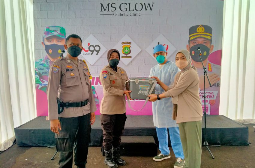 Ms Glow Bersama Polsek Sukmajaya Vaksin Warga Pra Sejahtera