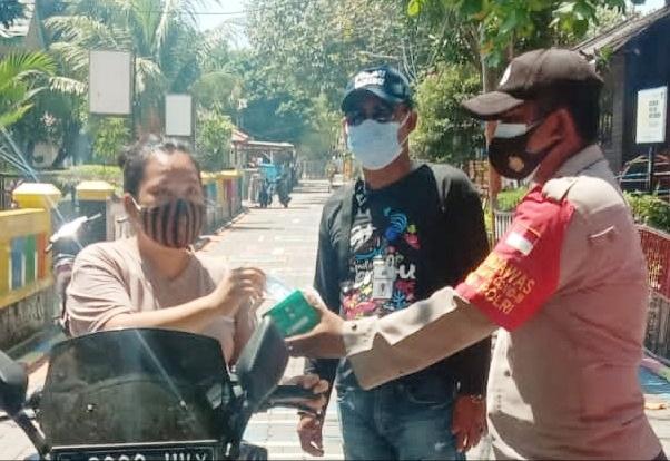 Sambil Himbau ProKes, Polres Kepulauan Seribu Bagikan 1.500 Masker