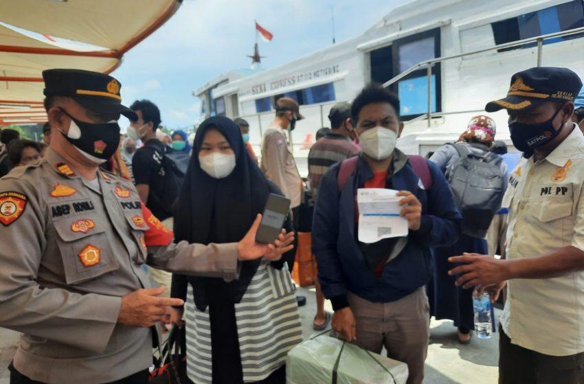 Warga Tiba di Dermaga Kedatangan, 22 Warga Pulau Kelapa Tunjukkan Sertifikat Vaksin
