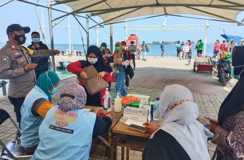 Awasi ProKes di Dermaga Kedatangan, Polsek Kep Seribu Utara Juga Cek Sertifikat Vaksin