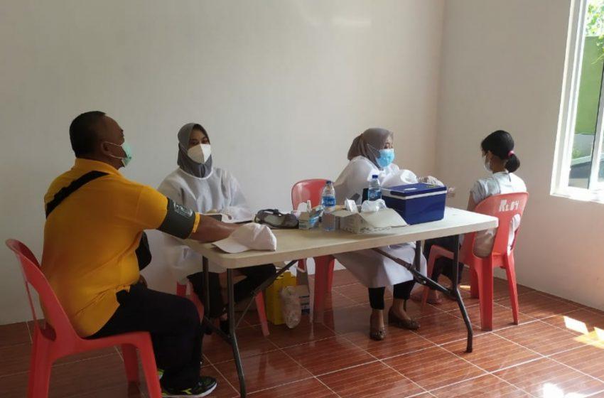 Di Gerai 407, Seorang Warga di Bujuk Rayu Tim Nakes, Akhirnya Mau di Suntik Vaksin