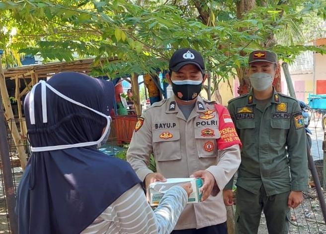 Saat Bagikan 1.400 Masker ke Warga Polres Kep Seribu Himbau ProKes