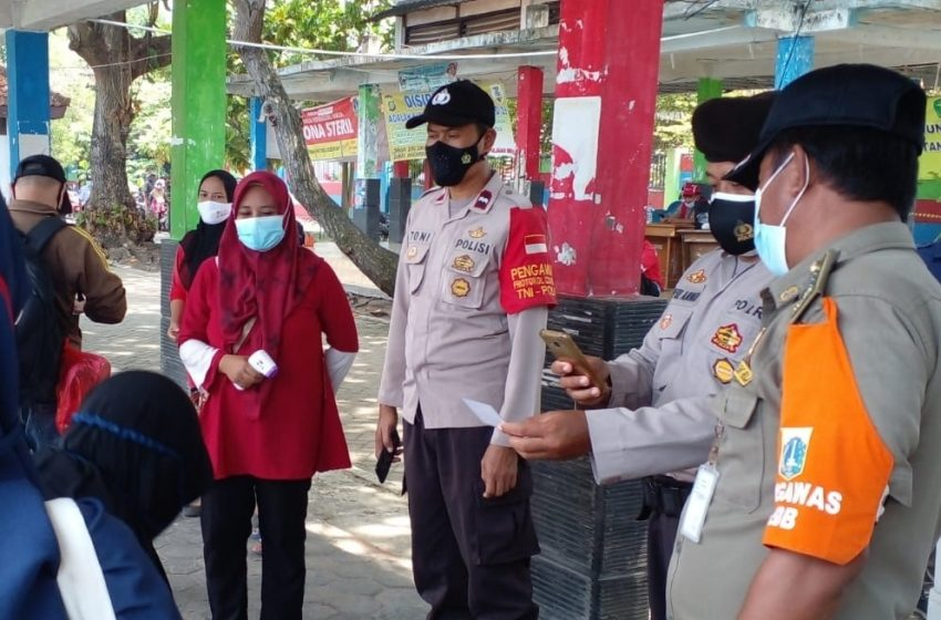Awasi ProKes di Dermaga Kedatangan Pulau Tidung, Polsek Kep Seribu Selatan Cek Sertifikat Vaksin Warga