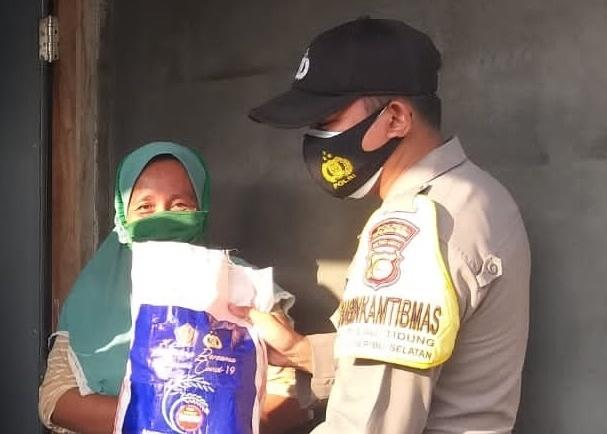 Datangi 23 KK Warga Terdampak Covid-19, Polres Kep Seribu Serahkan Bansos