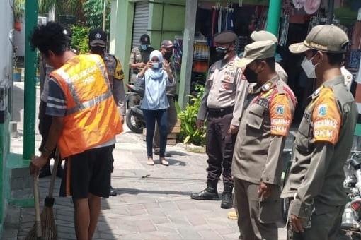Sisir Ruang Publik, Ops Yustisi Gabungan Polsek Kep Seribu Selatan beri Sanksi 16 Pelanggar