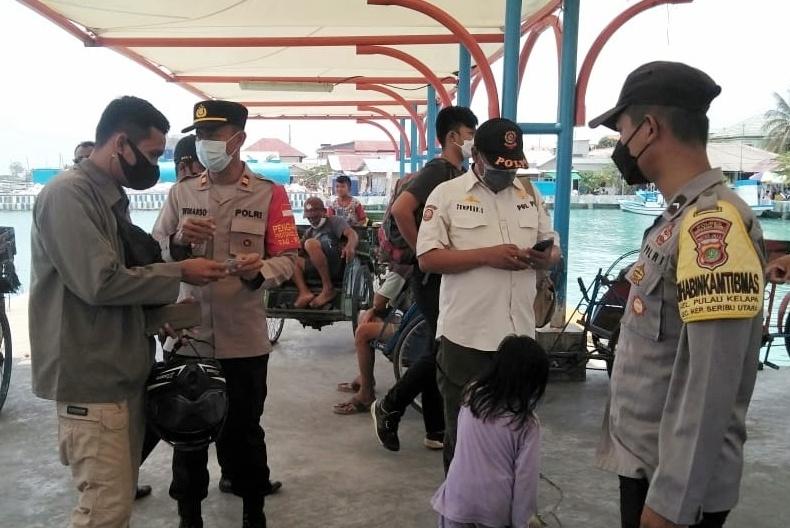 47 Warga Tiba di Pulau Kelapa Langsung Scan Barcode Aplikasi Peduli Lindungi