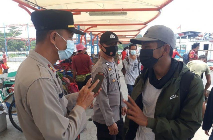 Pengawasan ProKes Polsek Kep Seribu Utara Sasar Warga yang Tiba di Dermaga Kedatangan