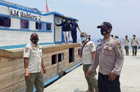 Personel Polsek Kep Seribu Utara Himbau ProKes Warga Yang Tiba di Pulau Pramuka